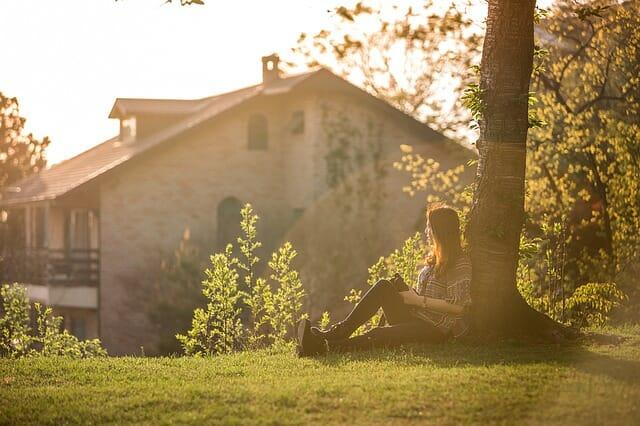 自然の中で読書する女性