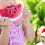 スイカを食べる少女画像