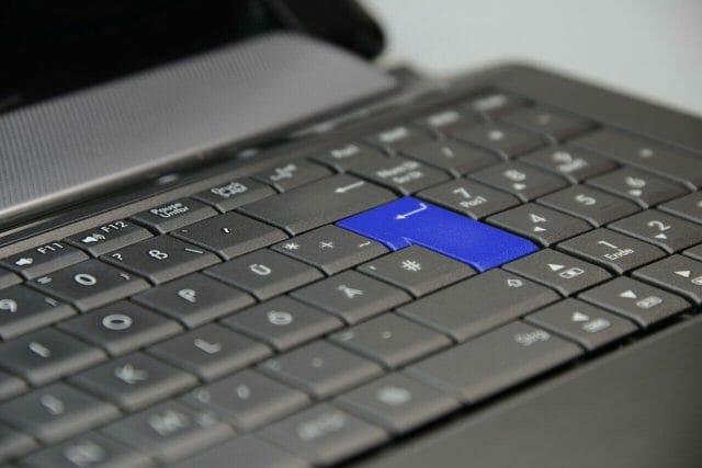 PCで文字入力時に文字が青く選択されて困った時の対処法はinsertを押す